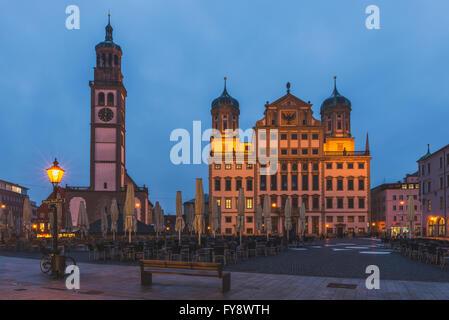 Deutschland, Bayern, Augsburg, Rathaus und Perlach Turm am Abend - Stockfoto