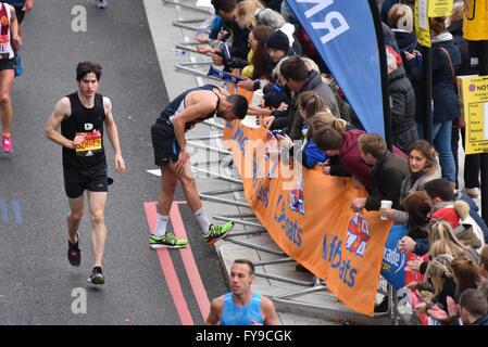 Victoria Embankment, London, UK. 24. April 2016. Läufer teilnehmen in den Virgin London Marathon 2016 © Matthew - Stockfoto