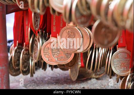 London, UK. 24. April 2016. Marathon-Medaillen an Haken am Ziel in The Mall zur Verteilung an die Läufer warten - Stockfoto