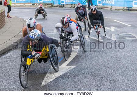 Docklands, London, England, UK. 24. April 2016. Marcel Hug der Schweiz, dem späteren Sieger ist im Rollstuhl das - Stockfoto