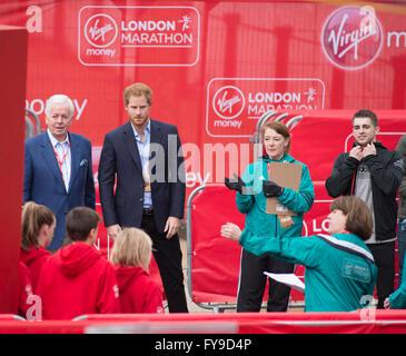 Die Mall, London, UK. 24. April 2016. 2016 Virgin London Marathon. Prinz Harry besucht die Siegerehrung für Junion - Stockfoto