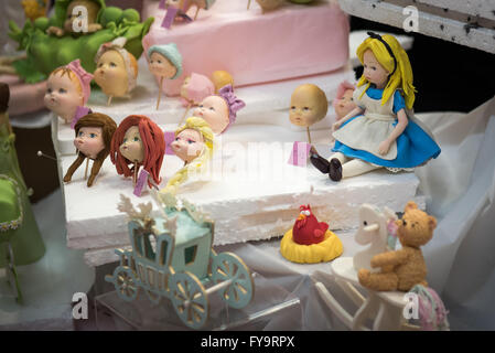 alice im wunderland essbare kuchendekoration auf kuchen international the sugarcraft kuchen. Black Bedroom Furniture Sets. Home Design Ideas