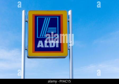 Schild an einem Aldi Supermarkt. - Stockfoto