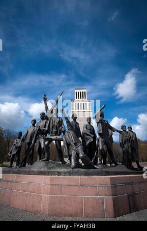 """Fritz Cremer-Skulptur der befreiten Häftlinge mit dem """"Turm der Freiheit"""" hinter in der Gedenkstätte Buchenwald, - Stockfoto"""