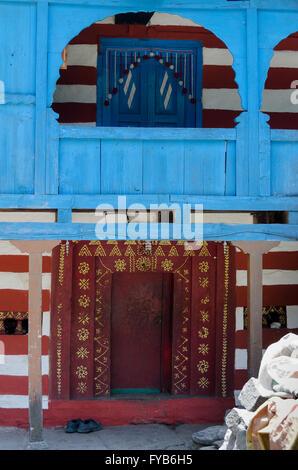 Eingangstür zum Haus im Dorf in der Nähe von Manali, Himachal Pradesh, Indien, - Stockfoto