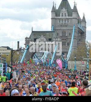 London, UK. 24. April 2016. Die Virgin London Marathon Spaß und Liebe Läufer Credit: Leo Mason Fotos/Alamy Live - Stockfoto