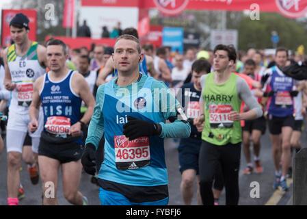 London, UK. 24. April 2016. Liebe und Spaß-Läufer teilnehmen in 2016 London Marathon Credit: Scott Wishart/Alamy - Stockfoto