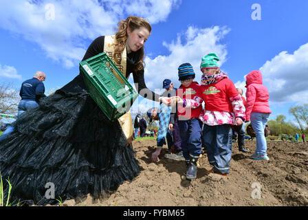 Heichelheim, Deutschland. 25. April 2016. Kartoffel-Prinzessin Manuela I (L-R) und Kindergartenkinder Lars und Lili - Stockfoto