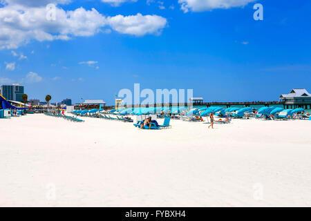 Blaue Schirme, Cabanas und Menschen am Clearwater Beach, Florida, stimmten die Nummer eins Strand in Amerika - Stockfoto