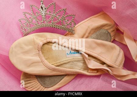Gut getragen und geliebt Ballett Schuhe mit Tiara auf rosa tutu - Stockfoto