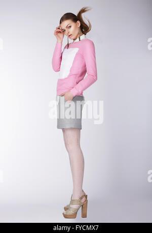 Junge Frau trägt Freizeitkleidung posiert im Studio. Volle Länge. - Stockfoto