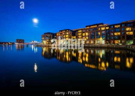 Der Vollmond über eine Uferpromenade Mehrfamilienhaus in Fells Point, Baltimore, Maryland. - Stockfoto