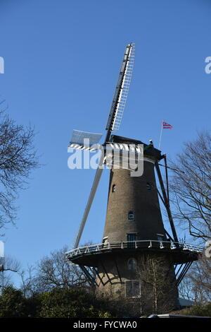 Alkmaar, Niederlande - 27. März 2016: Windmühle mit blauem Himmel in Alkmaar