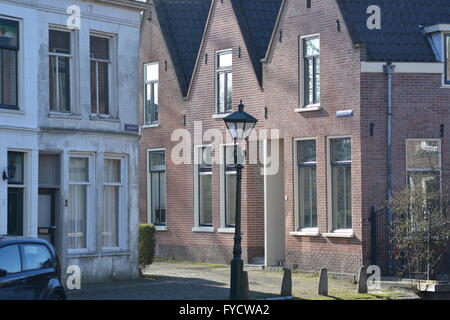 Alkmaar, Niederlande - 27. März 2016: Prinsengracht in Alkmaar mit blauem Himmel