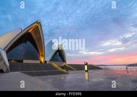 Morgendämmerung am Sydney Opera House - Stockfoto