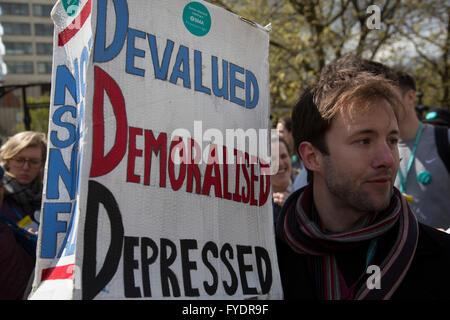 London, UK. 26. April 2016. NHS Junior Ärzte gehen auf allen Streik am St Thomas' Hospital, Westminster, in einem - Stockfoto