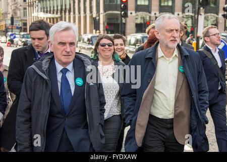 London, UK. 26 Degen, 2016. Schließen Sie sich Tausenden Corbyn und McDonnell März von St.Thomas' Hospital, das - Stockfoto