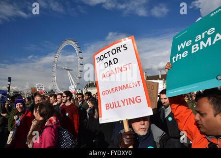 Westminster, London, UK. 26. April 2016. Junior Ärzte All Out Strike, März und Rallye, mit Jeremy Corbyn und John - Stockfoto