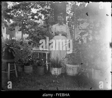 Viktorianische Foto einer Frau in ihrem Garten in Fallston, Maryland. - Stockfoto