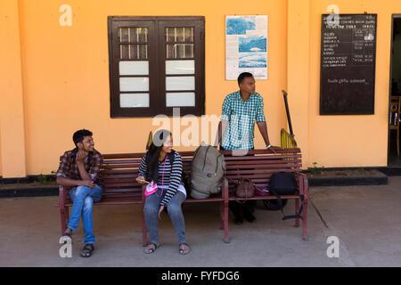 Sri Lanka, Ohiya Bahnhof Leute saßen auf Plattform Bank Zug warten - Stockfoto