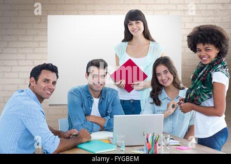 Zusammengesetztes Bild des Lächelns lässiger Kollegen in einem meeting - Stockfoto