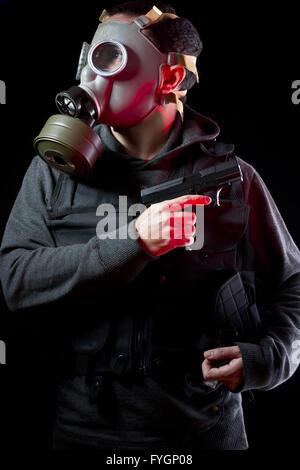 Mann mit Gasmaske und Gewehr - Stockfoto