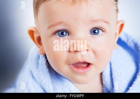 Closeup Portrait von Baby Boy mit schönen blauen Augen - Stockfoto