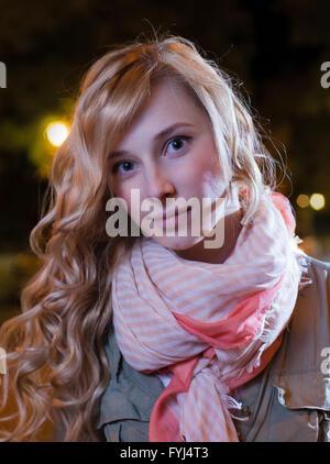 Porträt des jungen weiblichen Geschäftsfrau in Nacht Stadt. Nahaufnahme, flachen DOF. - Stockfoto