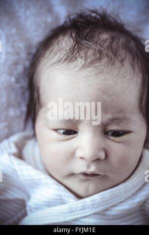 neugeborenes Baby zusammengerollt schlafen auf einer Decke, mehrere Ausdrücke - Stockfoto
