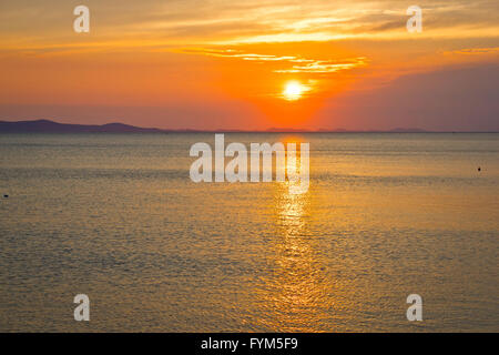 Epische Sonnenuntergang am Meereshorizont - Stockfoto