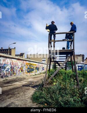 August 1986, Berliner Mauer Graffitis, Menschen auf der Aussichtsplattform über der Wand suchen, Zimmerstraße Street, - Stockfoto