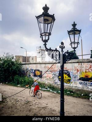 August 1986, Berliner Mauer Graffitis, Straßenlampe, Radfahrer, Ost-berlin Wachturm, Zimmerstraße Straße, Kreuzberg, - Stockfoto