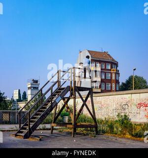 August 1986, Berliner Mauer, zwei Männer auf der Aussichtsplattform, Ost-Berlin, West-berlin, Deutschland, Europa, - Stockfoto