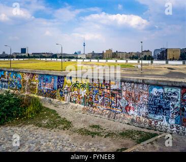 August 1986, Berliner Mauer graffitis am Potsdamer Platz mit Blick auf den Leipziger Platz, Todesstreifen, West - Stockfoto