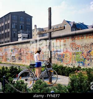 August 1986, junge Frau mit dem Fahrrad, Peter Fechter, Memorial, Graffiti auf der Berliner Mauer, Zimmerstraße - Stockfoto