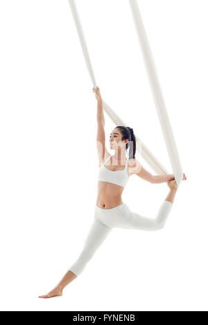 Junge Frau aerial Yoga zu praktizieren - Stockfoto