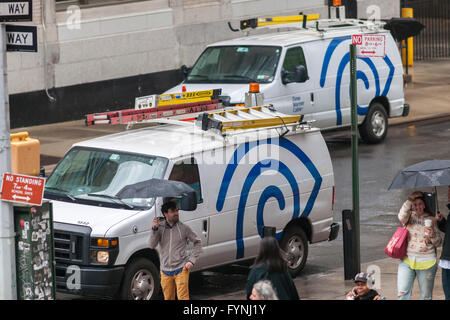 Zeit-Warner Cable-vans am Dienstag, 26. April 2016 in New York.  US Department of Justice und die FCC haben das - Stockfoto