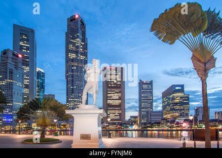 Skyline von Singapur, Raffles Statue, Süd-Ost-Asien, twilight - Stockfoto