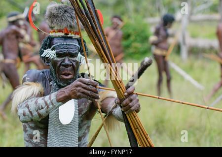 WAMENA, PAPUA, Indonesien - 14. November: Yali Mabel, der Chef der Dani Stamm durchführen traditionellen Kampf-Tanz - Stockfoto