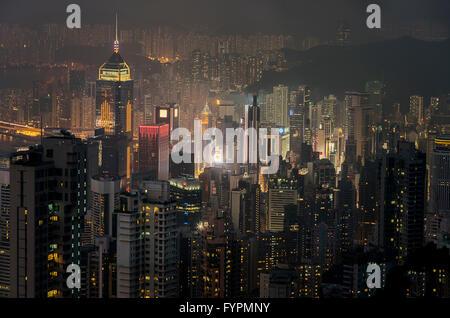 Blick auf die Wolkenkratzer in der Nacht. Die Hong Kong Skyline-Blick vom Victoria Peak. Hong Kong, China. - Stockfoto