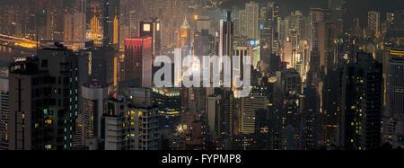 Panoramablick von Wolkenkratzern in der Nacht. Die Hong Kong Skyline-Blick vom Victoria Peak. Hong Kong, China. - Stockfoto