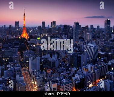 Aerial Stadtbild mit Tokyo Tower beleuchtet in der Dämmerung, Minato, Tokio, Japan - Stockfoto
