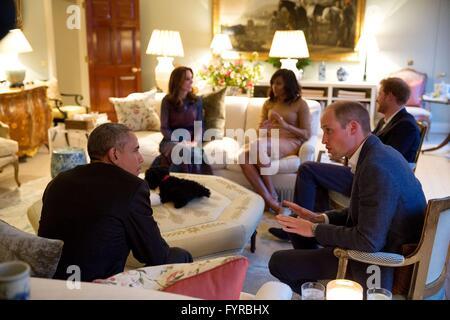 US-Präsident Barack Obama spricht mit Prinz William, Duke of Cambridge während der Herzogin von Cambridge, Kate Middleton und Prinz Harry von Wales, sprechen mit First Lady Michelle Obama im Kensington Palace 22. April 2016 in London, Vereinigtes Königreich.