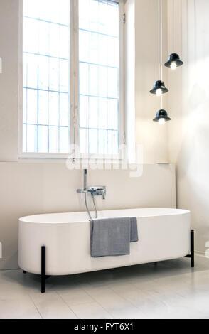 ... Moderne Freistehende Designer Badewanne Mit Ovalen Gebogenen Enden In  Einem Monochromen Weißen Badezimmer Interieur   Stockfoto