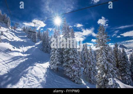 Kitzbühel, Österreich, 17. Februar 2016 - Skifahrer am Skilift Blick auf nebligen Alpen in Österreich und schönen - Stockfoto