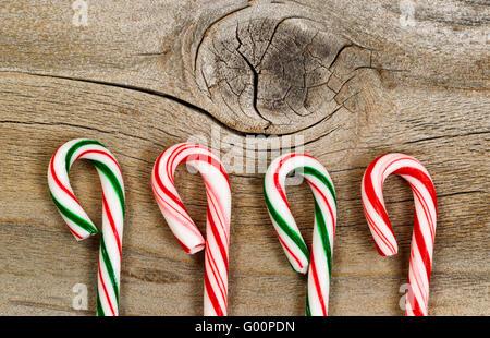 Zuckerstangen auf rustikalem Holzbrett - Stockfoto