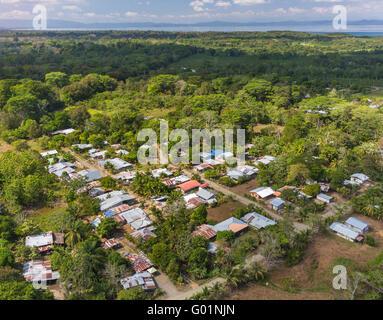 Die Halbinsel OSA, COSTA RICA - Aerial Stadtrand der Stadt von Puerto Jimenez. - Stockfoto