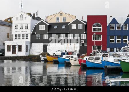 Färöer, Fischerboot im Hafen von Tórshavn - Stockfoto