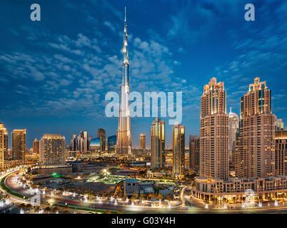 Burj Khalifa zur magischen blauen Stunde in Dubai - Stockfoto
