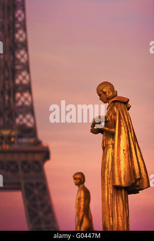 glühende Statuen vor dem Eiffelturm - Stockfoto